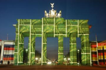 Eine Projektion des Lichtkünstlers Karl Feldmann verwandelt das Brandenburger Tor in ein Kunstwerk